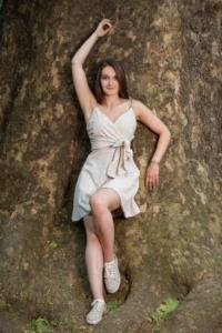 braunhaarige Frau mit weißem Kleid