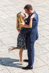 Foto eines stehenden Paars in festlicher Kleidung