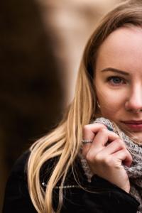 Portrait einer jungen Frau mit blonden Haaren und einem Schal im Winter