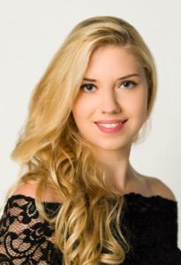 Portrait einer jungen Frau mit blonden, gelockten Haaren