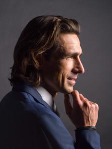 Businessportrait eines Mannes mit blauem Anzug im Fotostudio