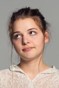 Portraits einer jungen Frau, die die Augen verdreht