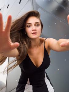 Portrait einer jungen Frau mit braunem langen glatten Haar und mit einem gestreiften Kleid draußen